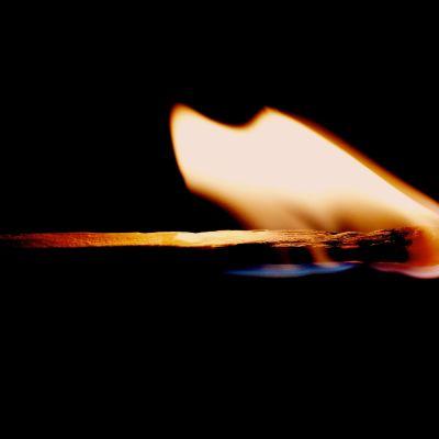 palava tulitikku lähikuvassa