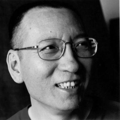 Svartvit bild på Liu Xiaobo som ler.