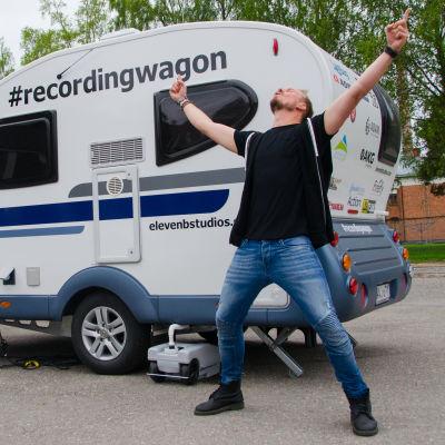 """Dennis """"Dejo"""" Andersson framför sin husvagnsstudio."""