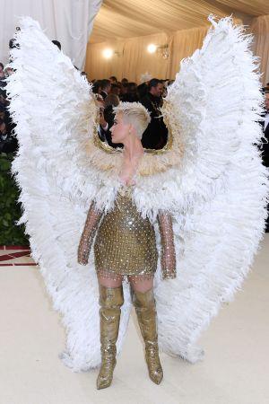 Katy Perry i en ängelklänning från Versace.