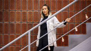 Närbild på Isabel Cruz Liljegren när hon står på en trappa.