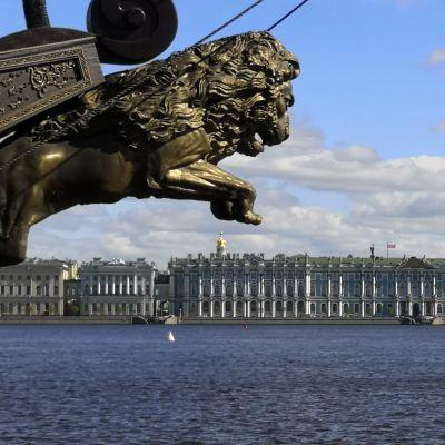 En byggnad fotograferad från andra sidan ett vattendrag i S:t Petersburg.