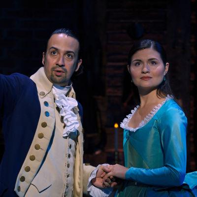 Lin-Manuel Mirandan esittämä Alexander Hamilton ja Phillipa Soon esittämä Eliza Hamilton Broadway-tuotanto Hamiltonin elokuvaversiossa.