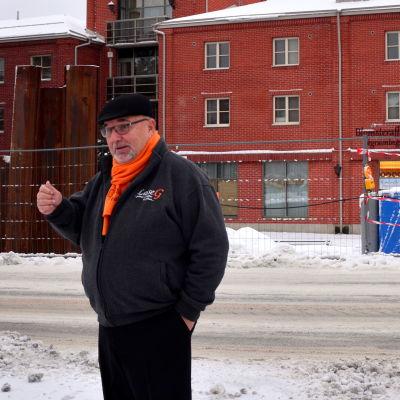 Lars-Erik Gästgivars framför hotell Vallonia