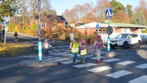 Skolbarn korsar Ekenäsvägen i Karis