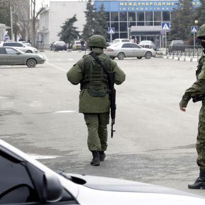 Oidentifierade beväpnade män utanför flygplatsen i Simferopol. Ukrainas inrikesminister Arsen Avakov säger att det rör sig om ryska marinsoldater.