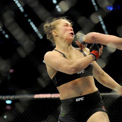 Ronda Rousey (vas.) kärsi yllätystappion Holly Holmille.
