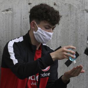 Bollkalle rengör händerna inför matchen mellan Eintracht Frankfurt och Borussia Mönchengladbach.