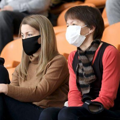 Besökare med munskydd på korgbollsmatch 21.11.2020.