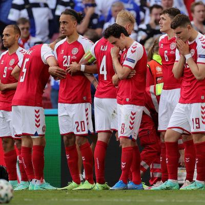 Tanskan jalkapallomaajoukkueen pelaajat kokoontuneena hoitoa saaneen Christian Eriksenin ympärille.