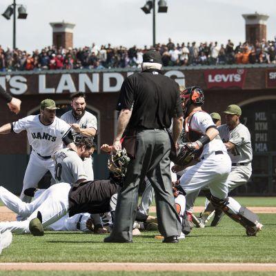 Joukkotappelu Nationalsin ja Giantsin välisessä MLB-ottelussa.