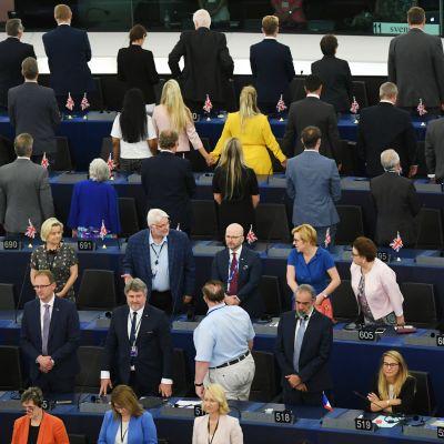 Brexitpartiets parlamentariker vänder ryggen till musiker som spelar Europahymnen när det nya parlamentet tillträder för första gången.