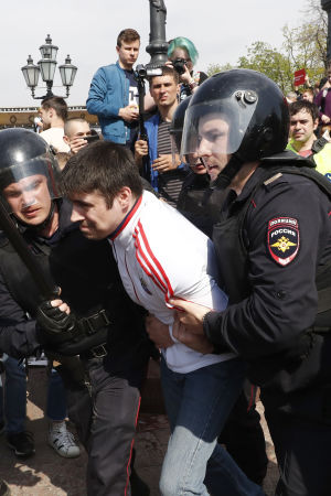 Över 200 demonstranter har gripits över hela Ryssland. Den här bilden är från Pusjkintorget i Moskva