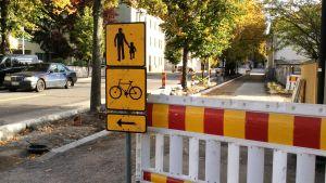 Anvisningskyltar för fotgängare och cyklister vid trottaren