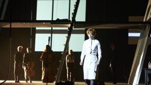 Scen ur föreställningen Schiff der Träume.