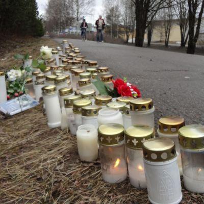 Muistokynttilät palavat Varkauden puukotussurman tapahtumapaikalla.