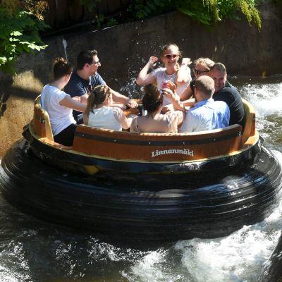En grupp människor åker en maskin på Borgbacken. Maskinen är formad som ett hjul och åker på vatten.