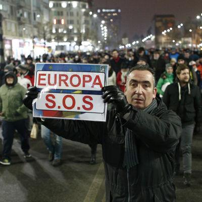 En av demonstranterna i Bukarest vädjade om hjälp från Europa 28.1.2017