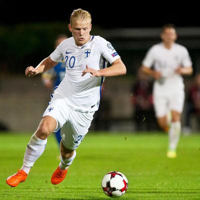 Suomen joukkueen pelaaja potkaisemassa palloa