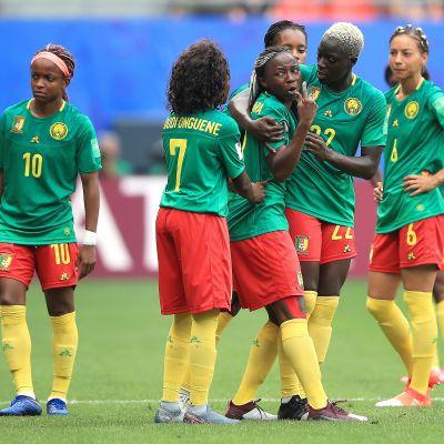Torikokouksia ja protestointia – Kamerunin pelaajat polttivat päreensä Englanti-ottelussa