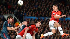 Nemanja Vidic gör 1-0 för United på Old Trafford.