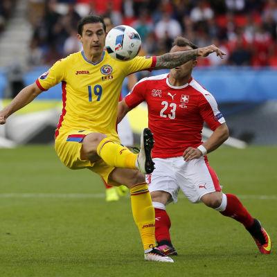 Bogdan Stancu mot Xherdan Shaqiri i EM-matchen mellan Rumänien och Schweiz.