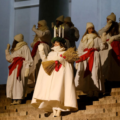 Lucia på Domkyrkans trappa.