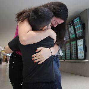 Sjuårige Andy, från El Salvador, återförenades med sin mamma Arely på en flygplats i Maryland den 23 juli.
