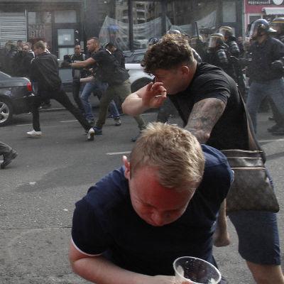 Fotbollssupportrar tar skydd under en kravall i Lille.