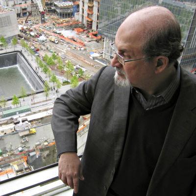 Äärimuslimien tappouhka ajoi Salman Rushdien vuosikymmeneksi maan alle.