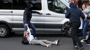 Också på söndagen använde maskerad, civilklädd polis rätt hårda tag också då de grep kvinnor.