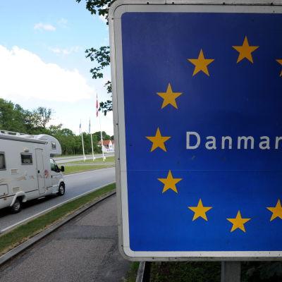En husbil passerar gränsen mellan Tyskland och Danmark i juni 2011.