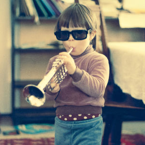 Verneri Pohjola pikkupoikana soittaa trumpettia. Kotialbumikuva dokumentista Verneri Pohjola – oma ääni ja isän perintö (2017).