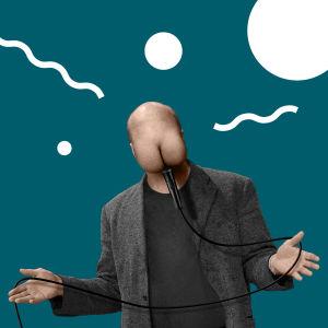 """Stand up -koomikko, jolla on naaman tilalla takamus ja mikrofoni """"suussa""""."""