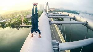 Malesialainen Abudi seisoo käsillään kaarisillan teräsrakenteen päällä Kuala Lumpurissa Malesiassa..