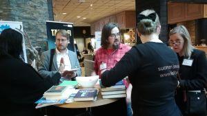 Kielikeskustelua Kielibaarin tiskillä Oulun Suurilla Lehtipäivillä