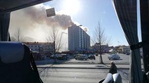 En bild på ett hus varifrån det stiger upp rök.