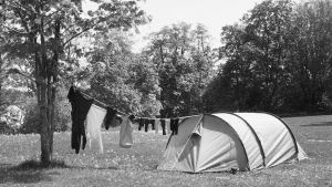 Svartvit bild på tält