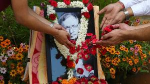 Fakultetsmedlemmar av det indiska institutet för vetenskap hedrar Stephen Hawking i Bangalore, Indien.