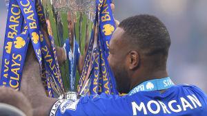 Wes Morgan ser sin reflektion i Premier League-pokalen.