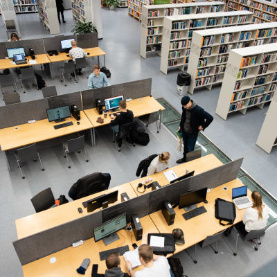 Lappeenrannan-Lahden teknillinen yliopisto LUT:n kirjastossa opiskelijoita.