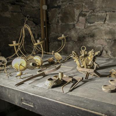 Vanhoja esineitä Tammelan kirkossa.