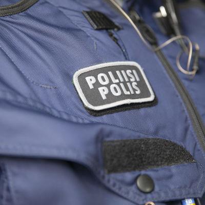 Poliisi-teksti haalareista.