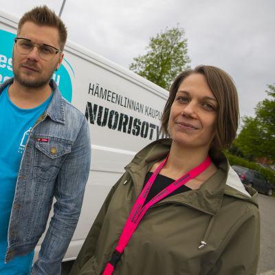 Nuorisotyöntekijät Toni Koski ja Emmi Karhutaival Hämeenlinnan nuoristyön kesäpakun edessä.