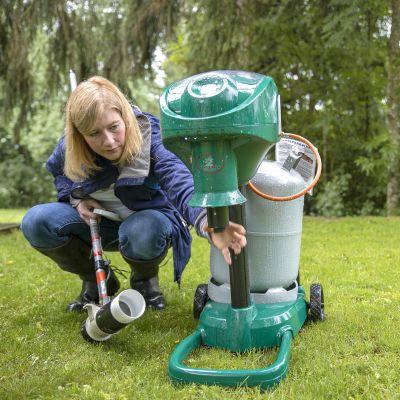 Lorna Culverwell tutkii hyttysmagneettia kotipihallaan Hattulassa.