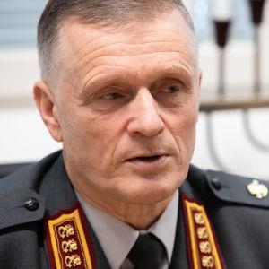 Kenraali Timo Kivinen johtaa Suomen puolustusvoimia.