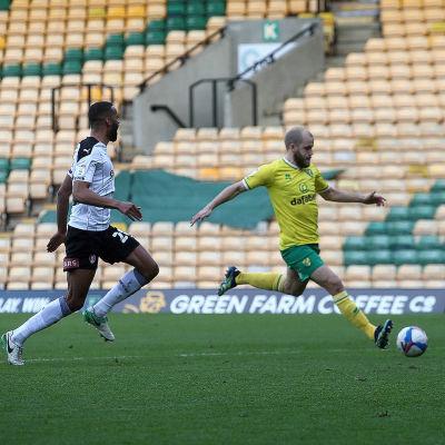 Teemu Pukki löper efter boll jagad av en försvarare.