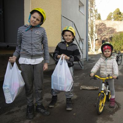 Matias (11v.) ja Tuomas (8v.) Tamminen tulivat hakemaan omat ruokakassinsa Hämeenlinnan yhteiskoululta. Mukaan halusi myös Saara-sisko.