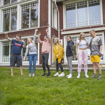 Tubettajat seisovat meemitalon edustalla Hämeenlinnassa.