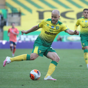 Norwichs Teemu Pukki spelar fotboll i matchen mot Everton.